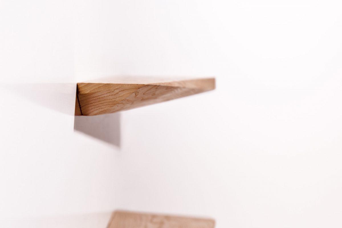 Schuster Innenausbau aus Salach – Fachboden Eiche Massivholz Detail