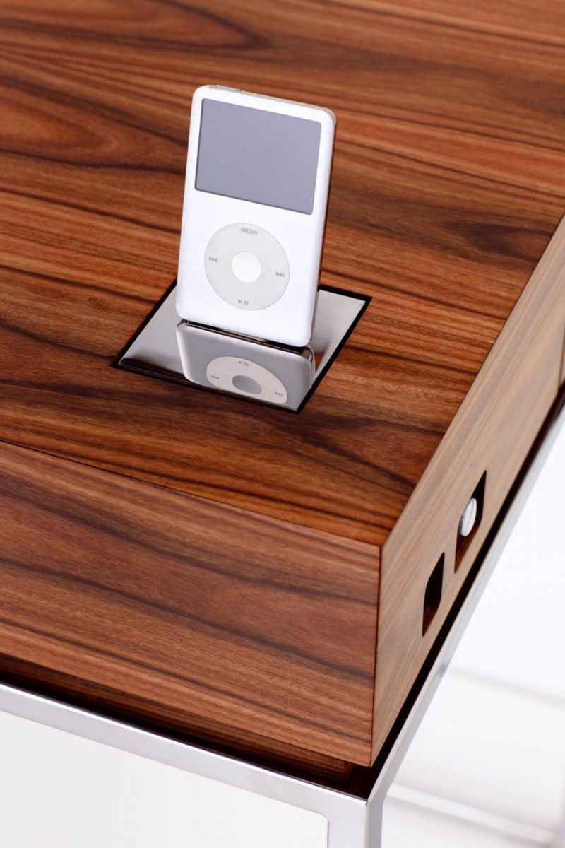Schuster Innenausbau aus Salach – Massivholzmöbel Nussbaum Dockingstation Musikmöbel