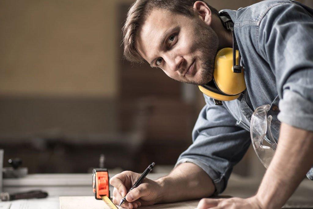 Produktion Ihres Fachgeschäfts Auf rund 1.400m² nehmen wir uns Ihrem Projekt in Stuttgart, in Ulm oder in Göppingen und Umgebung an. Die Fachkräfte unserer Schreinerei sind passionierte Spezialisten im Innenausbau und wissen, worauf es bei einer optimalen Inneneinrichtung im Juwelier-Fachgeschäft ankommt. Wir haben durch unsere 100-jährige Tätigkeit der Tischlerei reichlich Expertise erschaffen und alle Erfahrungen der vorangegangenen Generationen übernommen. Ihr Auftrag ist eine Herausforderung, die wir gerne annehmen und in deren Umsetzung wir Sie positiv überraschen und begeistern werden.