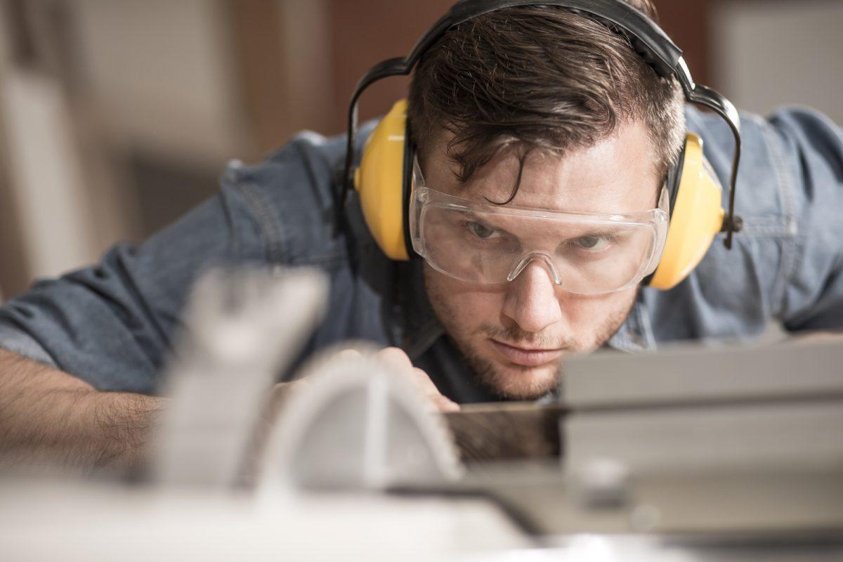 """Produktion und Montage Ihres individuellen Möbelstücks nach Maß. Wir produzieren Ihr """"maßgeschneidertes"""" Möbelstück in unserem modernen Maschinenpark. Dank unserer Jahrzehnten langen Erfahrung, bringen wir Erfahrung und das Wissen für Ihr individuelles Möbelstück mit."""