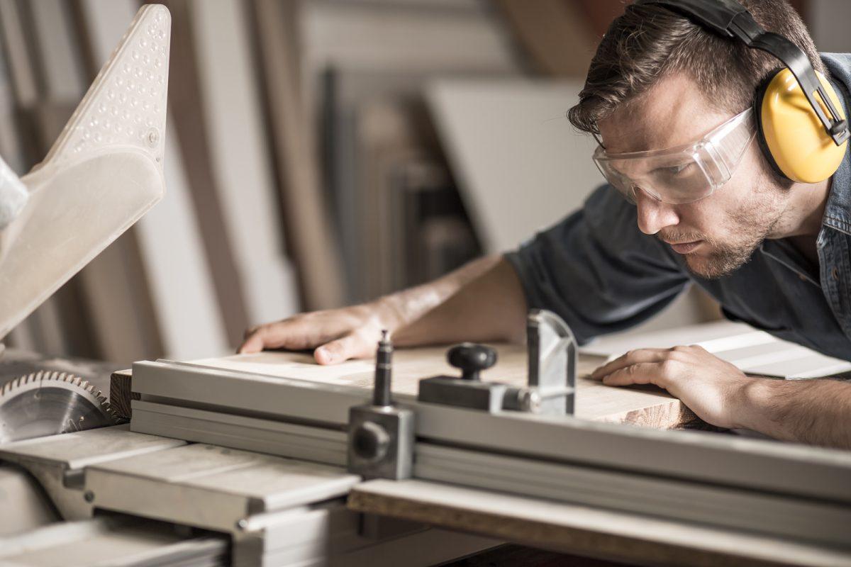 Fertigung Ihrer hochwertigen Design Küche in unserer Schreinerei in Salach. Durch unseren modernen Maschinenpark können wir Ihre individuelle Küche perfekt realisieren und ausführen. Unsere Monteure montieren Ihre individuelle Design Küche auf Wunsch Vorort.
