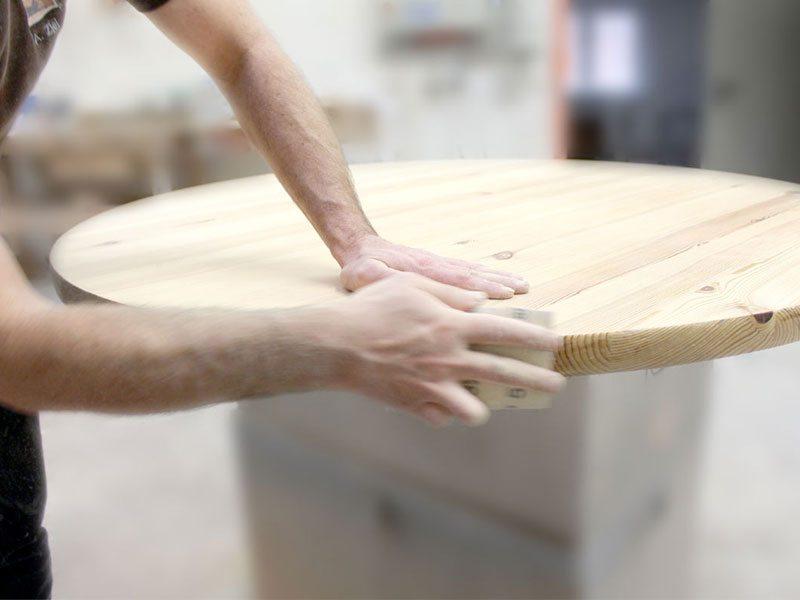 Schuster Innenausbau aus Salach – aufbereiten und behandeln einer esstisch massivholzplatte