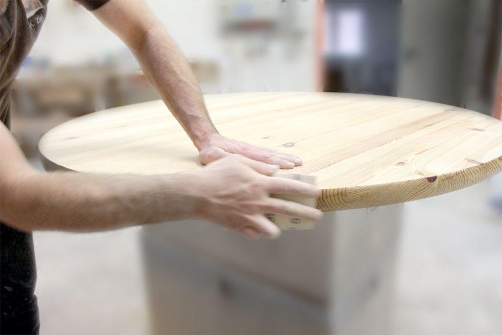 aufbereiten und behandeln einer esstisch massivholzplatte schleifen