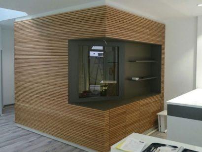 Schuster Innenausbau aus Salach – Lamellenverkleidung-aus-Massivholz-Eiche-Ladenlokal-
