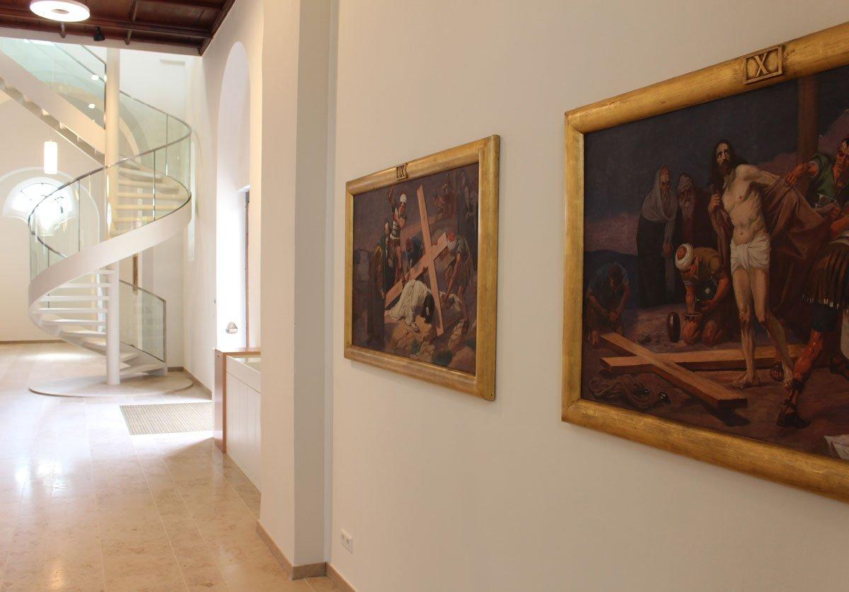 Schuster Innenausbau aus Salach – Restauration der Katholischen Kirche St. Margaretha in Salach Infowand runde Treppe