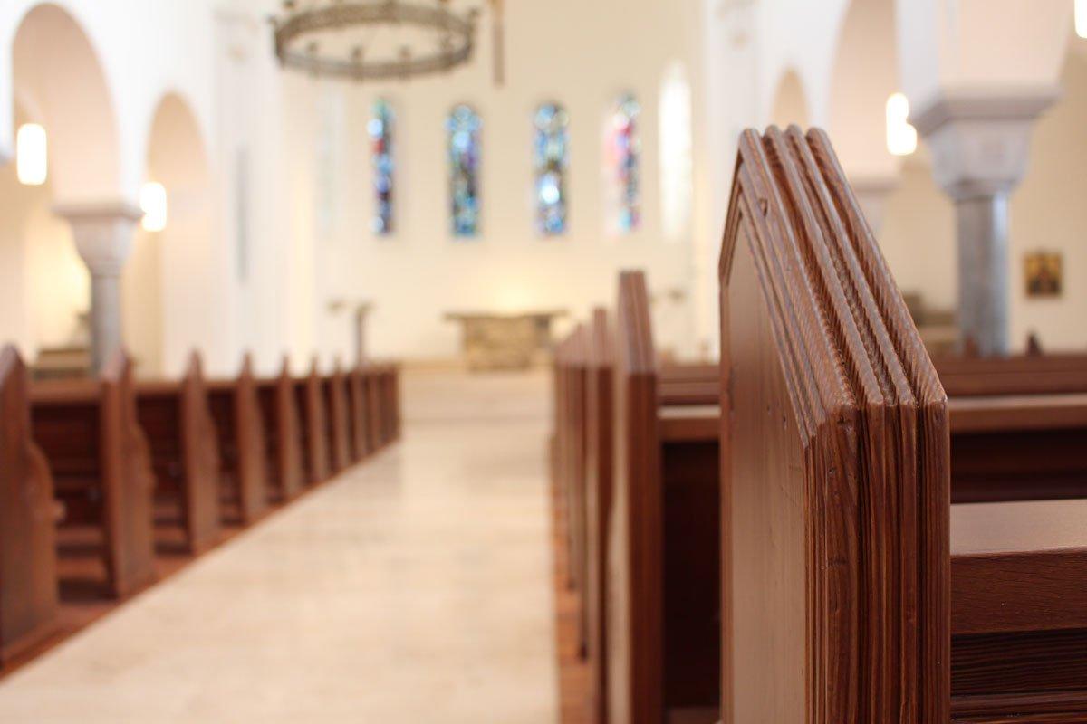Schuster Innenausbau aus Salach – Restauration der Katholischen Kirche St. Margaretha in Salach Seitenteil Kirchenbänke