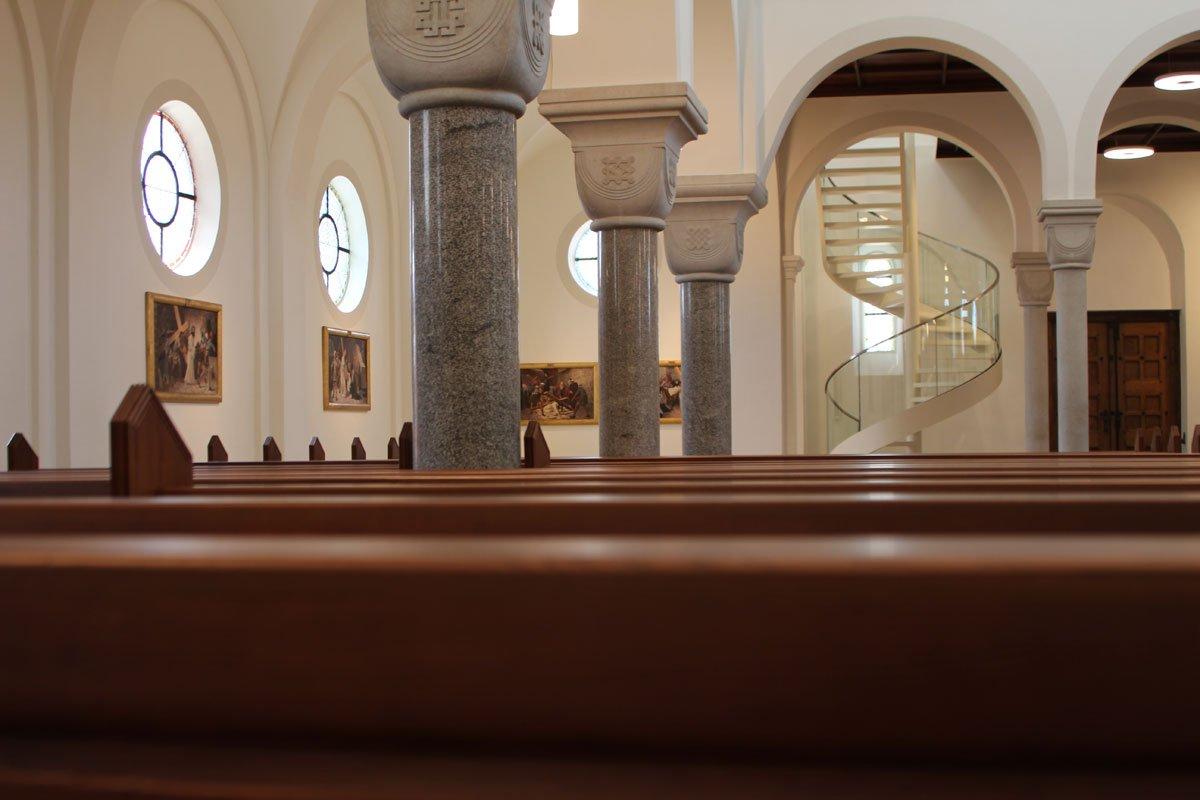 Schuster Innenausbau aus Salach – Restauration der Katholischen Kirche St. Margaretha in Salach runde Glastreppe