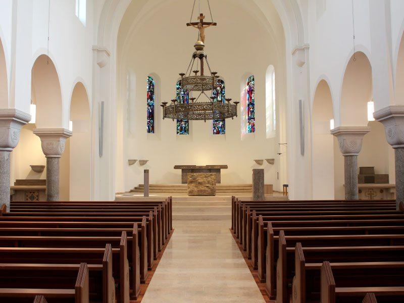 Schuster Innenausbau aus Salach – Restauration der Katholischen Kirche in Salach Altar