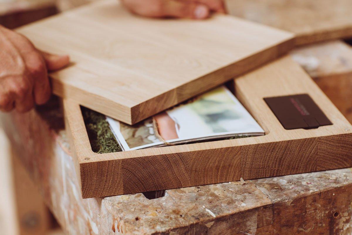 Ab 49 € Netto das Stück erhältlich In der Lieferung enthalten:  Fotobox aus Massivholz Eiche Abmessungen 290 mm x 290 mm Oberfläche unbehandelt Oberer Teil 19 mm stark Unterer Teil 40 mm stark Inklusive Magnete Inklusive Silikonpuffer unten: 4 Stück Mindest Abnahmemenge: 10 Stück