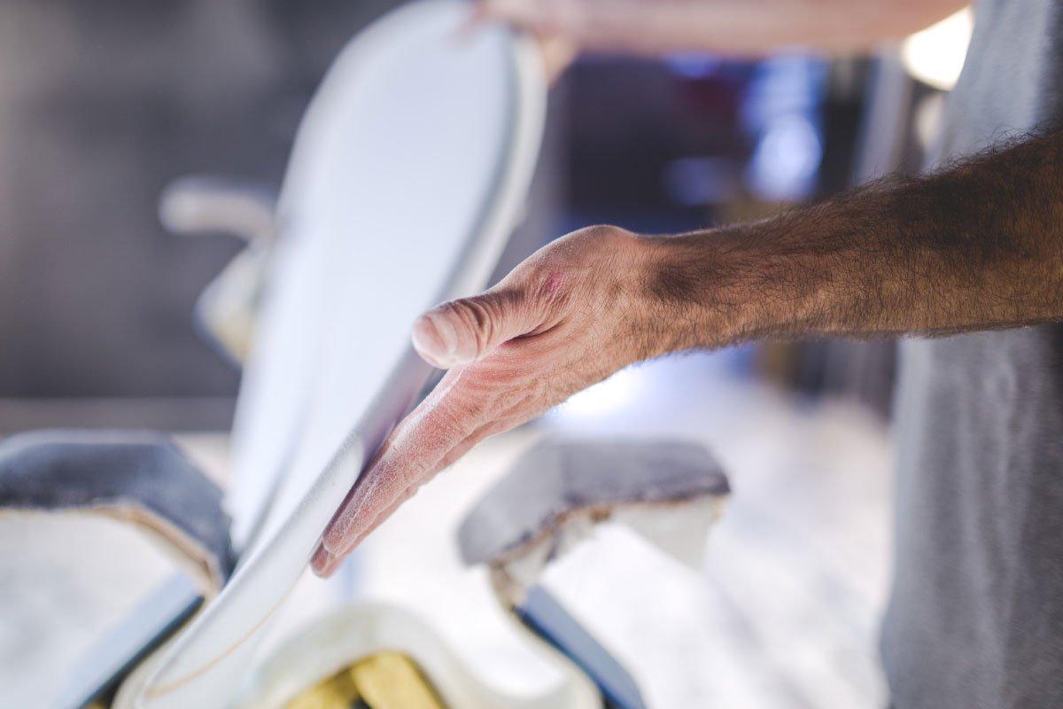 Produktion Ladenbau Durch unsere Fachkräfte können wir Ihr neues Ladenlokal auf über1400m² fertigen und realisieren. Wir lieben unsere Arbeit und stecken diese in jedes noch so kleine Detail hinein, um Ihre Ware perfekt in Szene zu setzen. Von der Beleuchtung in der Warenpräsentation bis hin zur passenden Oberflächenbehandlung der einzelnen Möbelteile sind Sie bei uns genau richtig. Auf Wunsch montieren wir Ihren Ladenbau mit unserem Montageteam, welches sich auf den Ladenbau spezialisiert hat. Sprechen Sie uns an, wir haben die passende Lösung für Sie bereit.