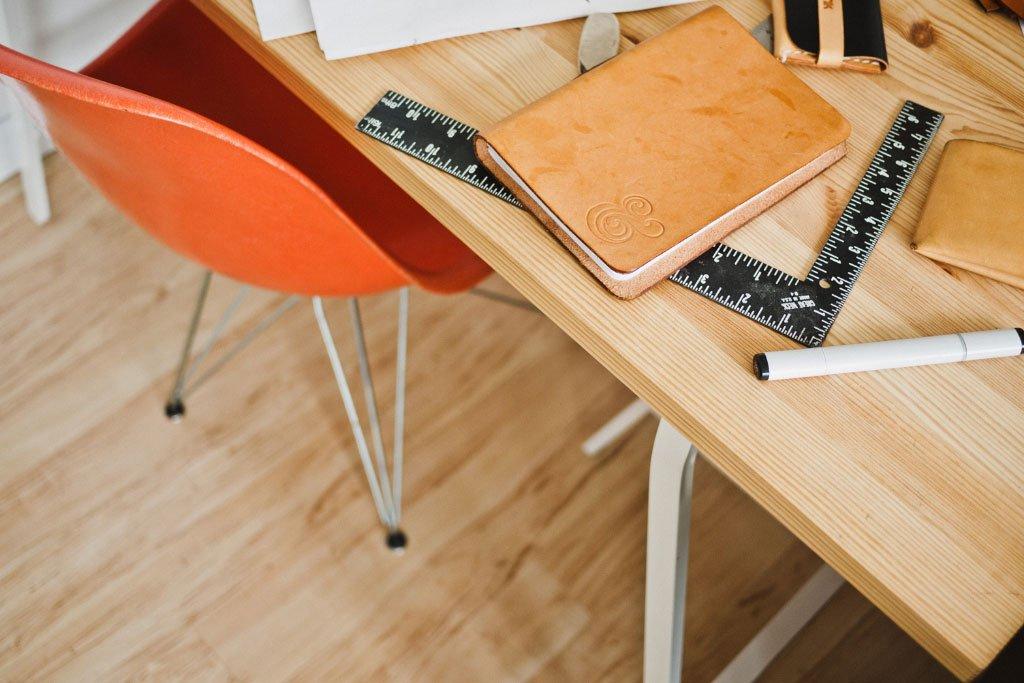 Planung Einbauschrank Der Planung Einbauschrank widmen wir die größte Aufmerksamkeit und schaffen damit ein Fundament für die perfekte Einpassung des Möbels in Ihrem Ambiente. Auch unebene Schrägen oder verwinkelte Räume bieten sich für einen Einbauschrank an und werden zu einem Stauraumwunder, wenn Sie sich für den Innenausbau und Möbelbau in unserer Schreinerei entscheiden. Wählen Sie klassische oder exklusive Materialien und teilen Ihre Ideen zum Designermöbel mit uns. Auf der Idee baut die Planung auf, die wir hochwertig und mit modernster Präzisionstechnik vornehmen.