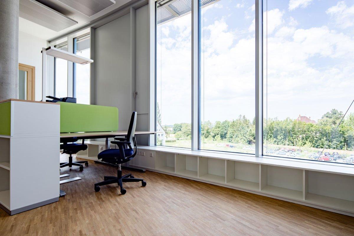 Schuster Innenausbau aus Salach – Innenausbau Laborgebäude in Bad Boll Brüstungsmöbel