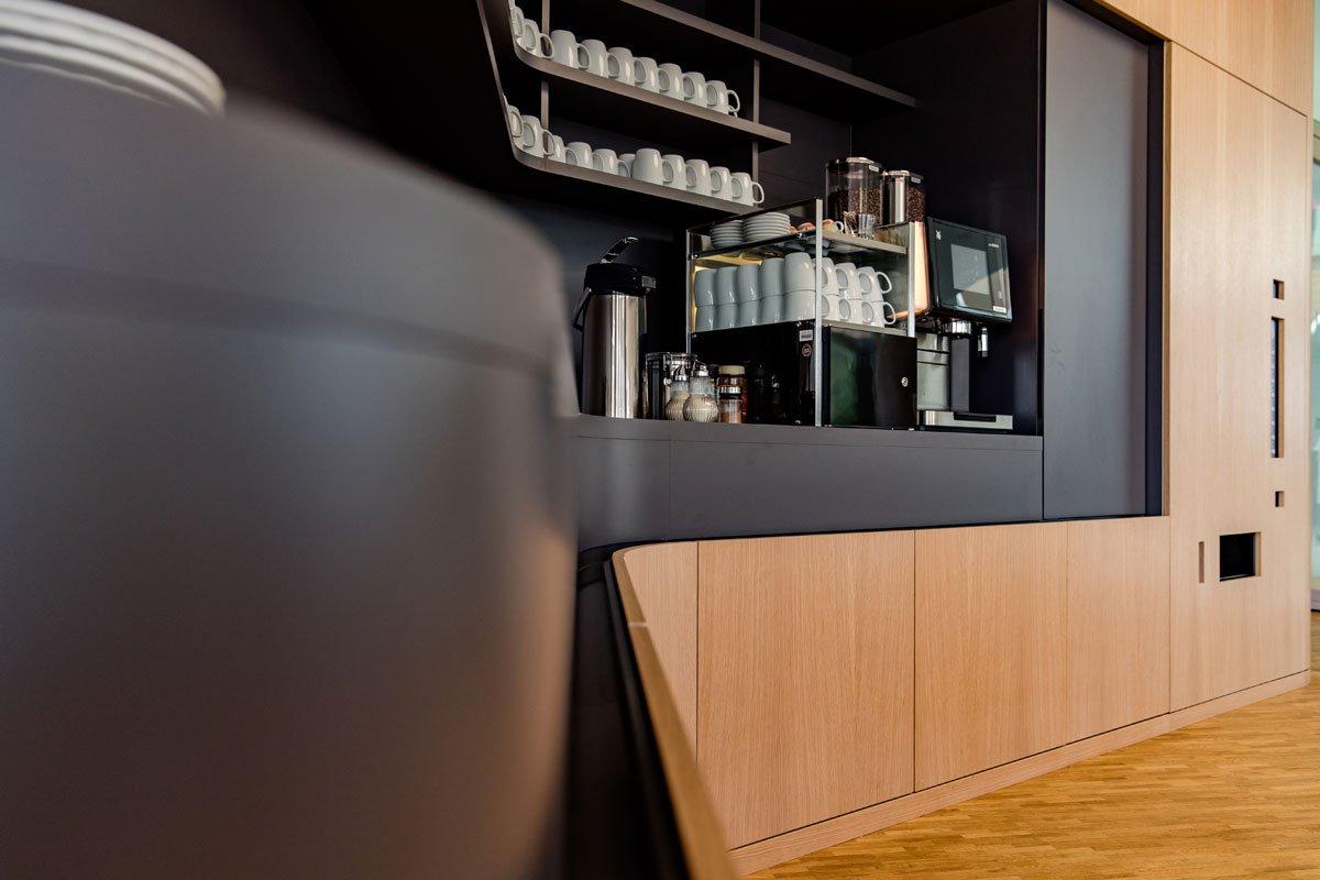 Schuster Innenausbau aus Salach – Innenausbau Laborgebäude in Bad Boll Cafeteria Detail