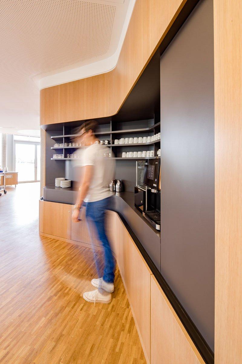 Schuster Innenausbau aus Salach – Innenausbau Laborgebäude in Bad Boll Cafeteria Eiche