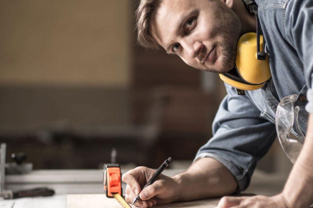 Warum sollen wir Ihre Innenausstattung oder Fachgeschäft planen und produzieren? Wünschen Sie als Juwelier die Neugestaltung Ihrer Verkaufsräume, um eine perfekte Schmuck- bzw. Warenpräsentation zu gewährleisten? Benötigen Sie eine fundierte Beratung zum Thema Ladenbau und die damit verbundenen Vorzüge für Ihr Unternehmen? Unser erfahrenes Spezialistenteam produziert für Sie den kompletten Innenausbau – und zwar auf hohem Niveau. Stellen Sie sich vor, wie der Kunde Ihr Geschäft betritt und sich von den hervorragend präsentierten Auslagen in den Bann ziehen lässt. Offenheit und klare Strukturen, vereint mit Ästhetik, Noblesse und Transparenz – das ist es, was die Authentizität Ihres Geschäftes nach außen hin trägt. So unterschiedlich die Schmuckstücke und Kollektionen in Ihrem Juwelier-Geschäft sind, so einzigartig sind auch unsere maßgeschneiderten Möbel und Ladeneinrichtungen.