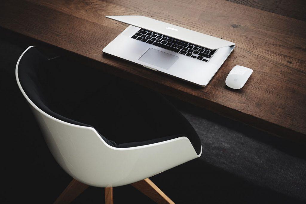 Die Vorgehensweise – Sie profitieren Sie haben genaue Vorstellungen von Ihrem Möbel- oder Innenausbau-Projekt, um den Schmuck in Ihrem Unternehmen optimal ins rechte Licht zu rücken? Dann setzen Sie sich am besten gleich mit unserem Ladenbau-Team in Verbindung. Wir entwickeln gemeinsam mit Ihnen individuelle Lösungen und Konzepte, um Ihre Ideen und Vorhaben ganz nach Ihren Wünschen umzusetzen. Das Hauptaugenmerk unserer Schreinerei mit Sitz in Salach sind maßgeschneiderte Möbel sowie exquisiter Innenausbau ganz nach Ihren Wünschen. First-Class-Qualität genießt dabei höchste Priorität. So sind wir stets bestrebt, die hohen Erwartungen unserer Kunden nicht nur zu erfüllen, sondern diese noch zu übertreffen. Von der Beratung und Planung bis hin zur Umsetzung Ihres Ladenbau-Projektes sind wir Ihr professioneller Partner. Ob Sie die Anfertigung von Vertäfelungen oder einzelner Möbelstücke oder die Konzeptionierung des kompletten Interieurs wünschen: Wir realisieren Ihre Ideen auf exklusive Art und Weise in allerbester Handwerksqualität.