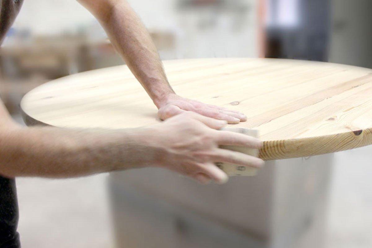 Produktion Innenausbauten Auf 1.400² haben unsere Schreiner viel Platz, Ihre Einrichtung oder ein Einzelmöbel ganz nach Ihrem Anspruch zu fertigen. Ausgebildete Fachkräfte realisieren Ihr Konzept im Möbelbau und der Herstellung von Objekteinrichtungen im Gesamtkonzept. Passion und überlieferte Erfahrungen aus über 100 Jahren Tischlerhandwerk bilden die Basis der Produktion in unserer Schreinerei. Wir nehmen Ihre Herausforderung an und überzeugen Sie mit Möbeln, die Sie begeistern und eine langlebige, nachhaltige Entscheidung für stilbewusste Einrichter sind.