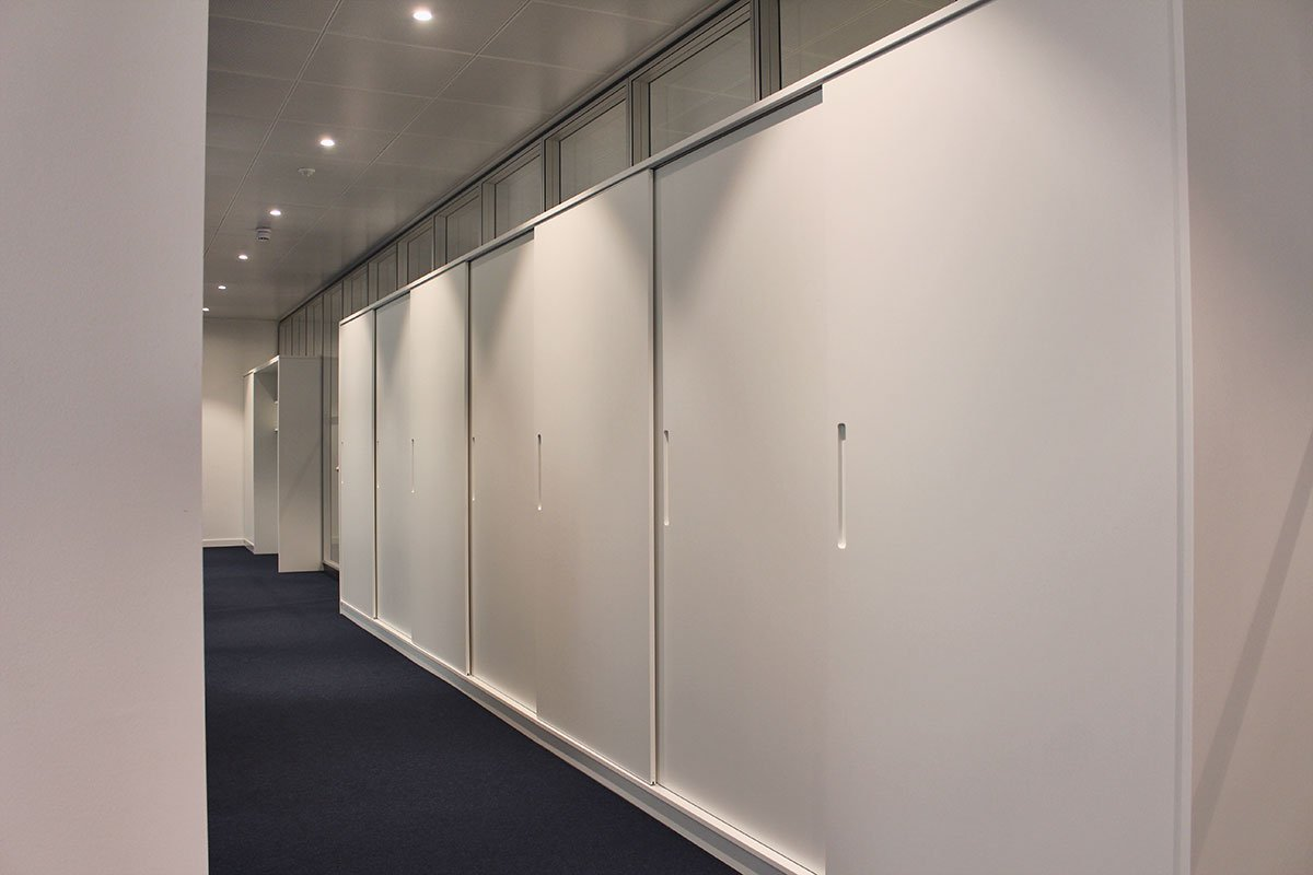 Schuster Innenausbau – Lackierter Einbauschrank mit Schiebetüren für ein Büro in Stuttgart