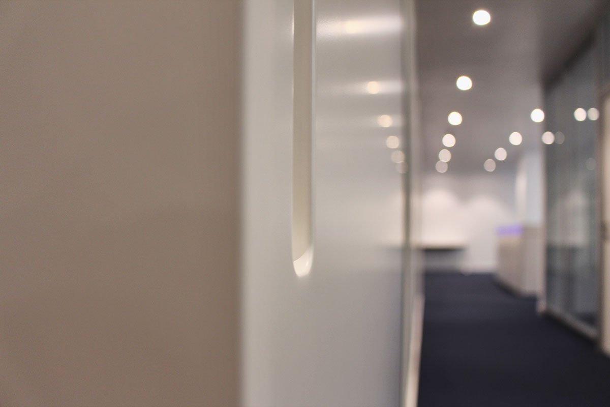 Lackierter Einbauschrank mit Schiebetüren für ein Büro in Stuttgart