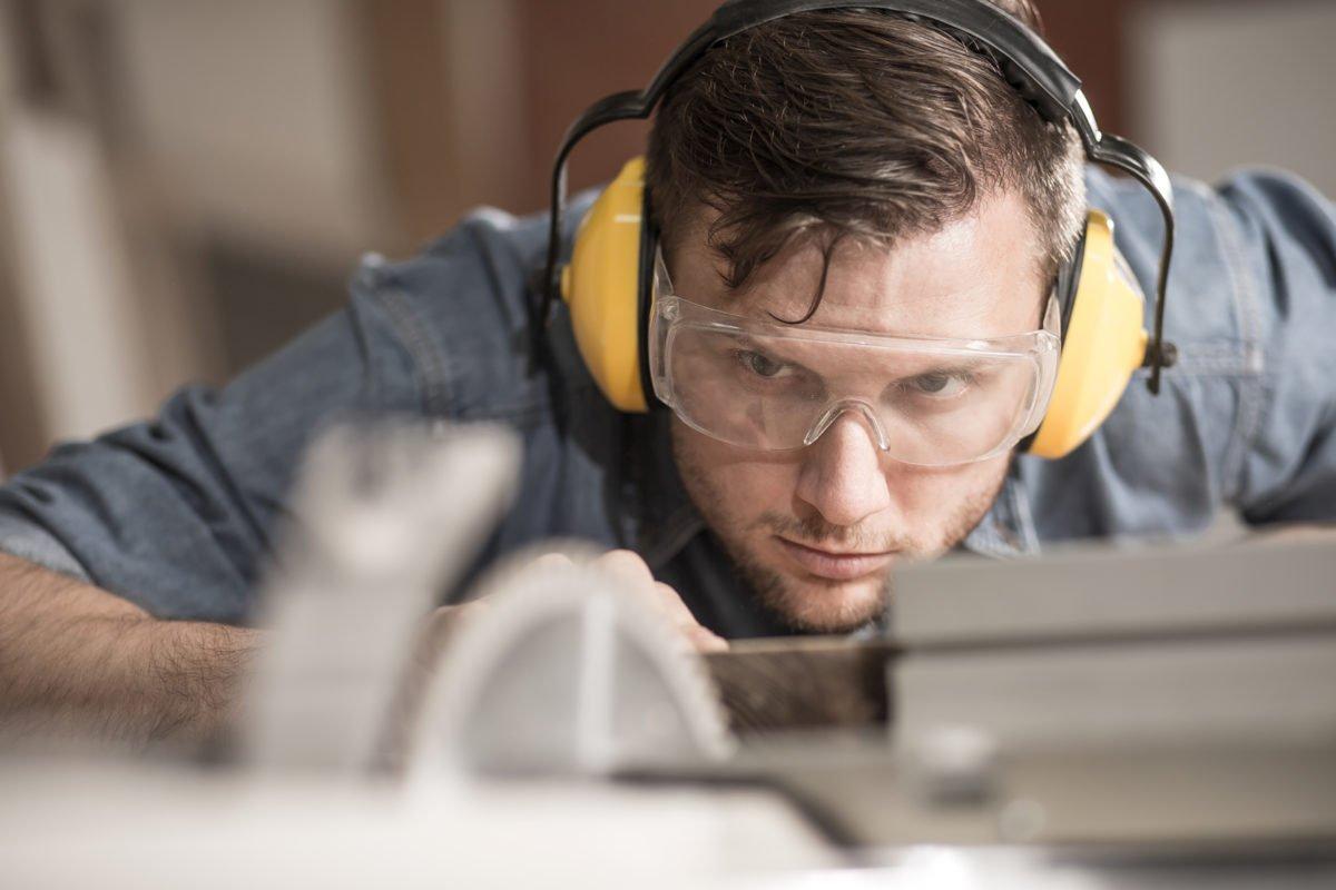 Die Fertigung Auf etwa 1400 m² können wir Ihre Projekte fertigen. Das ist genug Platz für Einzelstücke, aber auch eine komplette Inneneinrichtung kann hier sicher untergebracht werden. Bei uns arbeiten professionelle, gut ausgebildete Fachkräfte, die mit Leidenschaft Neues erschaffen. Durch unsere über 100 Jahre Erfahrung im Möbelbau können Sie sich darauf verlassen, dass alle Arbeiten sorgfältig mit Liebe zum Detail und professionell ausgeführt werden.