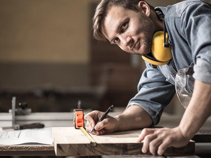 Qualität und Individualität vom Fachmann Sie legen Wert auf höchste Qualität und einzigartige Möbel? Dann sind Sie bei uns genau richtig! Ihre individuelle Traumküche oder ein nobles Büro mit modernen maßgefertigten Schränken setzen unsere Tischler genauso um, wie schicke Kommoden und andere Möbel für Ihr gemütliches Zuhause. Die individuelle Küchenplanung sowie komplexe Raumlösungen mit großer Genauigkeit und Liebe zum Detail sind Herausforderungen, denen sich unsere Schreiner in Salach gerne stellen.