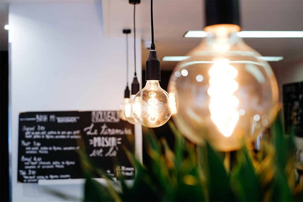 Lichtkonzepte im Innenraum Bilder beleuchten, den Wohnräumen mehr Helligkeit verleihen oder Läden optimal ausleuchten, ein weiterer wichtiger Aspekt beim planen von hochwertigen Inneneinrichtungen ist die passende Beleuchtung. Mit einem individuell entwickelten Lichtkonzept lassen sich nicht nur bei der Ladeneinrichtung alle Dinge ins rechte Licht rücken, auch für private Wohnräume sind moderne Beleuchtungs-Ideen ein Muss, wenn es um hochwertige Einrichtungs-Konzepte geht. Mit der passenden Beleuchtung wird aus jedem Raum etwas besonderes. Wir entwickeln passende Lichtkonzepte für Ihre Räume als perfekte Ergänzung zur Einrichtung.
