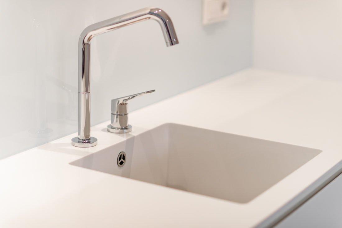 Schuster Innenausbau aus Salach – Küche Innenausbau modern Design Mineralwerkstoff Spülbecken2