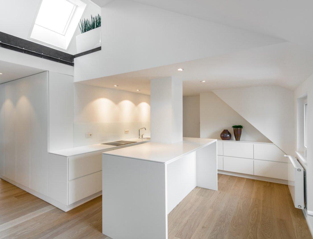 Moderne und hochwertige Einbauküche in weiß - Geradlinig und ...