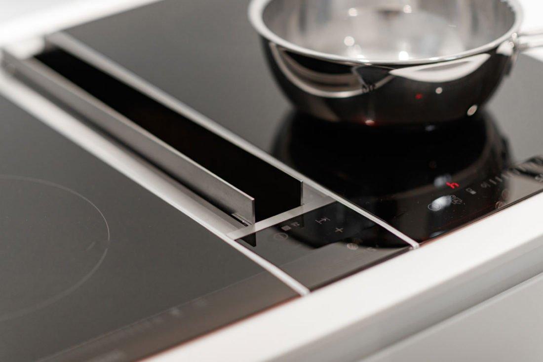 Hochwertig, exklusiv, individuell – eine Küche vom Schreiner Küchen von Ihrem Schreiner bei Stuttgart sind eine gute Investition in langlebige Qualität. Form, Größe, Farbe und Ausstattung Ihrer neuen Küche entsprechen stets Ihren Vorstellungen. Kompromisse? Nein danke! Es lohnt sich, bei der Planung und dem Innenausbau Ihrer Küche auf unsere Tischlerei zu vertrauen. Das Ergebnis gibt Ihnen Recht! Sie befürchten, dass eine Küche aus der Hand eines Schreiners zu kostspielig sein könnte? Lassen Sie sich doch einfach einmal von unserem Angebot überraschen. Statt industriell vorgefertigter Massenware erhalten Sie bei uns Möbel, die Jahrzehnte überdauern.
