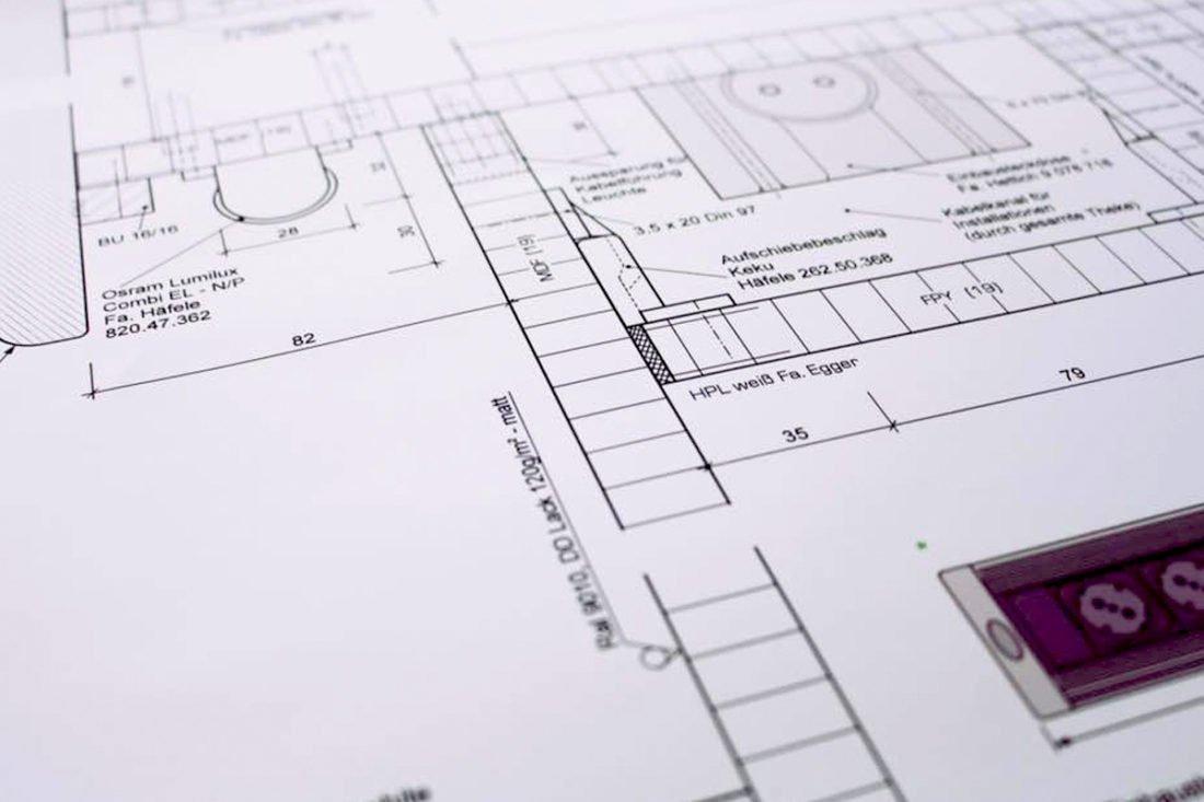 Möbelplanung mit Kompetenz Möbel zu bauen, die Sie begeistern und an denen Sie viele Jahre Freude haben ist die Herausforderung, der wir uns täglich stellen. Unsere kreativen Spezialisten für Ihre Möbel- und Küchenplanung entwickeln gemeinsam mit Ihnen ein Wohnkonzept, das keine Wünsche offen lässt. Wir gehen mit Gespür für das Wesentliche auf Ihre Vorstellungen ein. Das Ergebnis ist ein Innenausbau, der ebenso individuell, wie hochwertig und exklusiv ist.