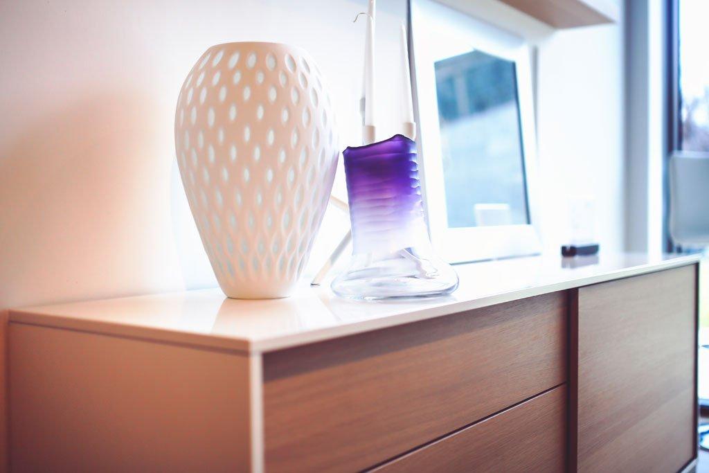 Innenraumplanung und Einbaumöbel aus einem Guss Hochwertig sollen Sie Schlafzimmermöbel sein, optisch ansprechend und selbstverständlich funktional. Vom bequemen Bett mit passendem Bettsystem über die spezifisch angepasste Kommode, bis hin zum komfortablen begehbaren Kleiderschrank – individuell gefertigte Einbaumöbel sind hochwertig, langlebig und echte Problemlöser. Mit einer gut durchdachten Innenraumplanung gehören ungenutzte oder störende Nischen der Vergangenheit an. Wir planen und realisieren eine Schlafzimmereinrichtung, die sich an den räumlichen Gegebenheiten orientiert. Seien es Dachschrägen oder verwinkelte Räume – wir finden gemeinsam mit Ihnen für jede Raumsituation eine ideale Lösung.