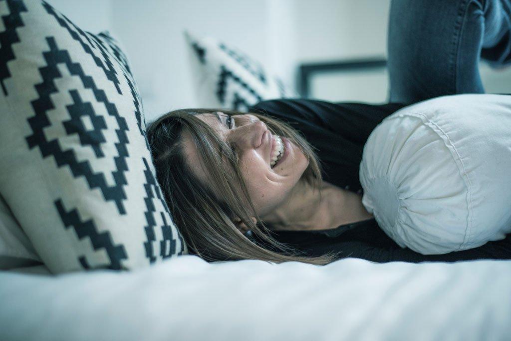 Gut einschlafen – erholt aufwachen Im Durchschnitt schlafen wir mehr als 7 Stunden täglich. Eine durchdacht konzipierte Schlafzimmereinrichtung spielt damit eine wichtige Rolle. Sie kennen vielleicht das Problem, wie schwierig es sein kann, morgens hochzukommen? Das könnte daran liegen, dass Ihr Bett zu niedrig ist. Sie stoßen sich immer wieder an der Kante der Kommode? Auch das muss nicht sein! Wir erstellen Ihnen eine Innenraumplanung, die perfekt aufeinander abgestimmt ist. Hochwertig verarbeitete Materialien und die hohe Kunst des Schreinerhandwerks lassen Sie schlafen wie auf Wolken!