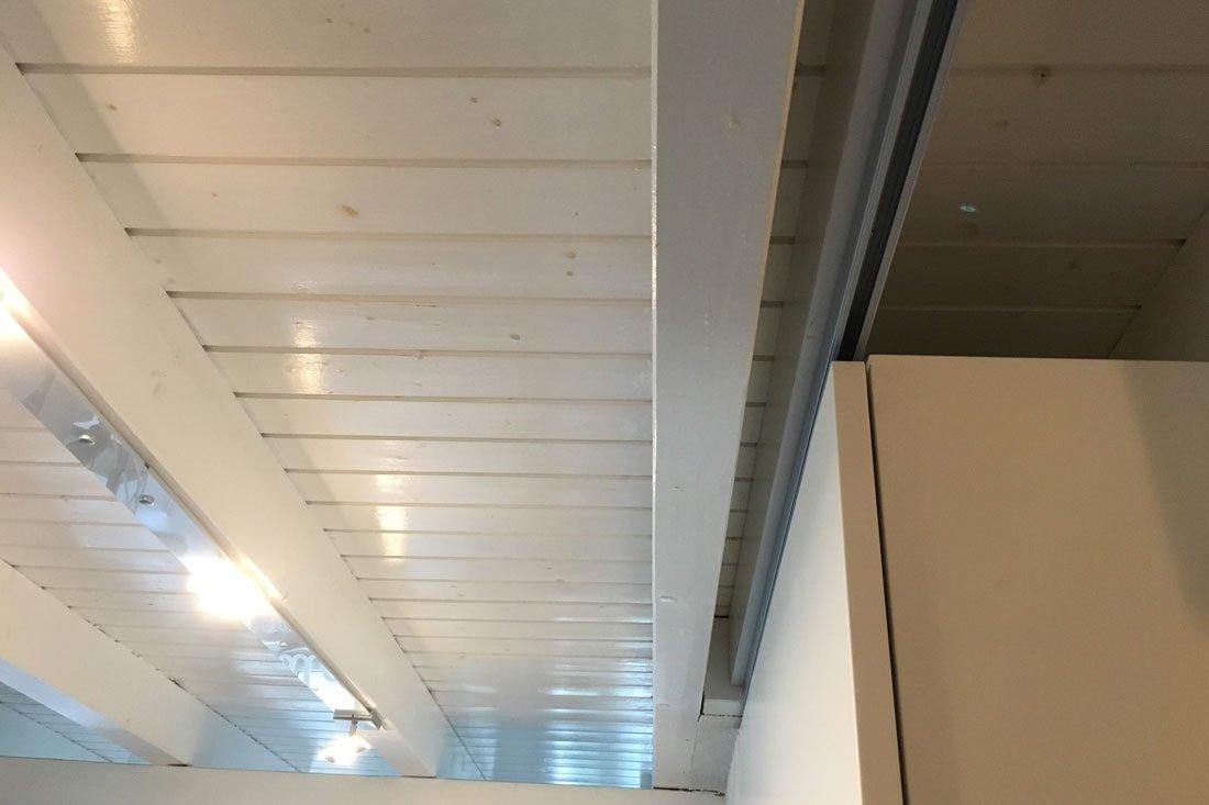 Schuster Innenausbau – Weiß lackierter Garderoben- und Geschirrschrank