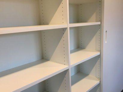 Schuster Innenausbau aus Salach – Weiß lackierter Garderoben- und Geschirrschrank Titel
