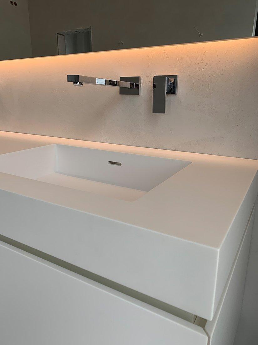 Schuster Innenausbau – Mineralwerkstoff Waschtisch für ein Badezimmer mit LED Spiegel