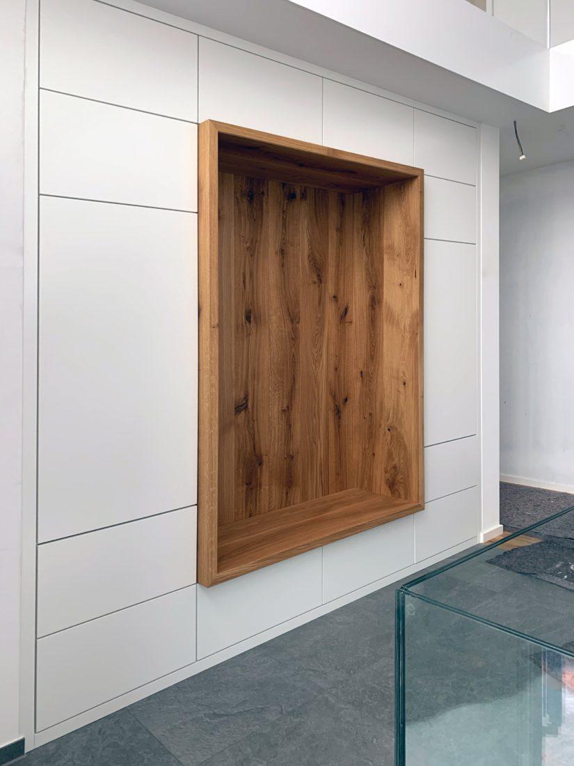 Schuster Innenausbau aus Salach – Lackierte Garderobe mit einer Massivholz Eiche Sitznische Detail-Eingang