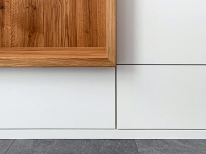 Schuster Innenausbau aus Salach – Lackierte Garderobe mit einer Massivholz Eiche Sitznische-Titel-2