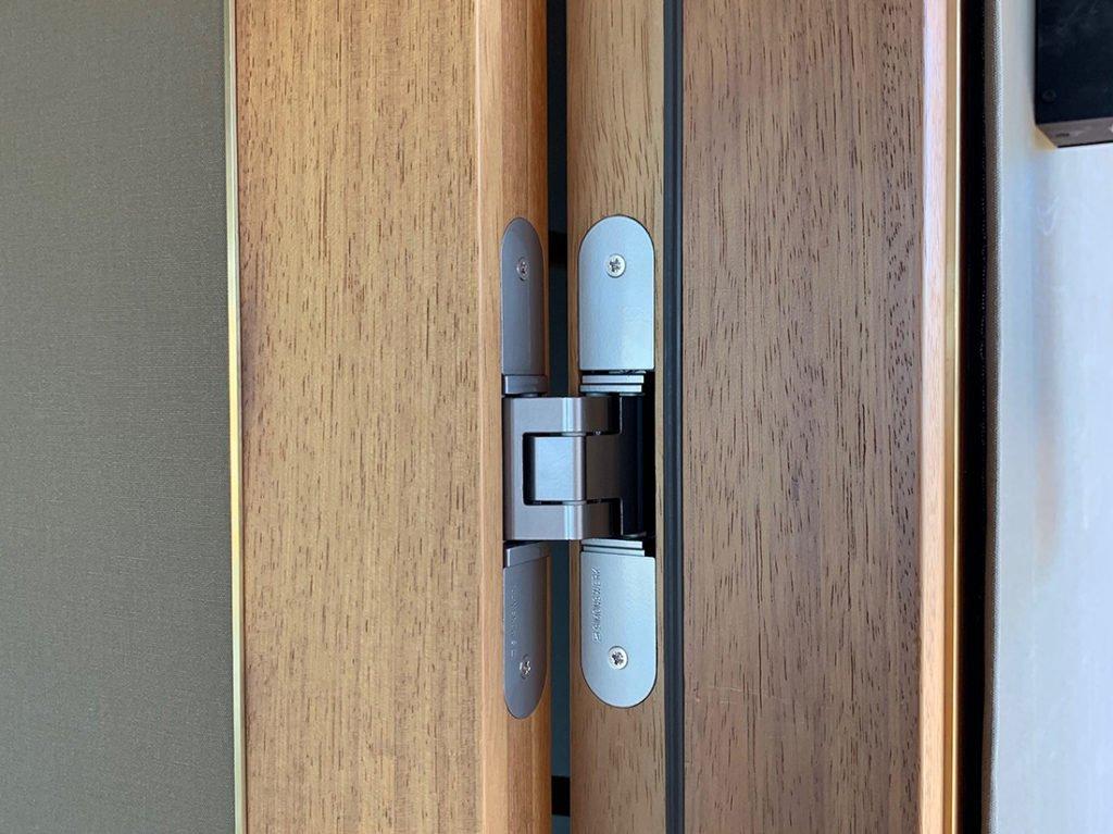 Schuster Innenausbau aus Salach – Innenausbau in Sambia Afrika-Türbänder-flächenbündig-1024x767