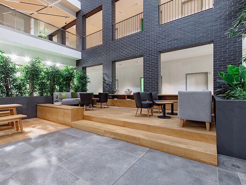 Schuster Innenausbau aus Salach – Bürogebäude mit Charme - Eingangsbereich mit Eiche Möbel- Header