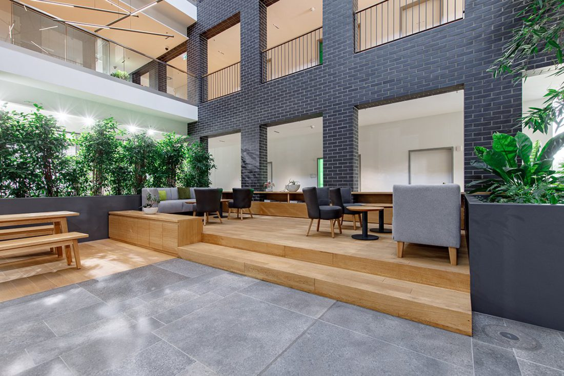 Schuster Innenausbau aus Salach – Bürogebäude mit Charme - Eingangsbereich mit Eiche Möbel