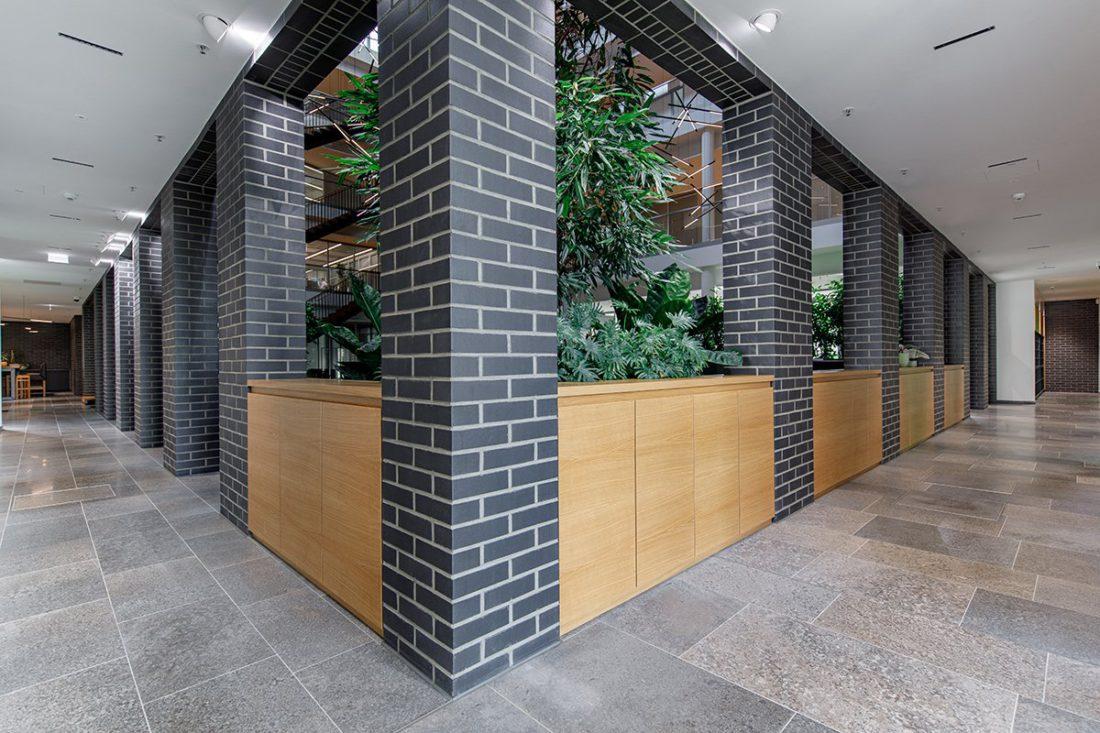 Schuster Innenausbau aus Salach – Bürogebäude mit Charme - Foyer Furnierte Eiche Sideboards