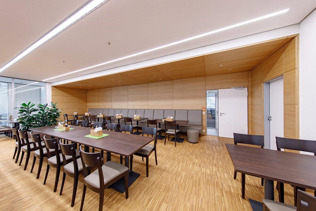Schuster Innenausbau aus Salach – Bürogebäude mit Charme - Kantine mit Deckenverkleidung Holz