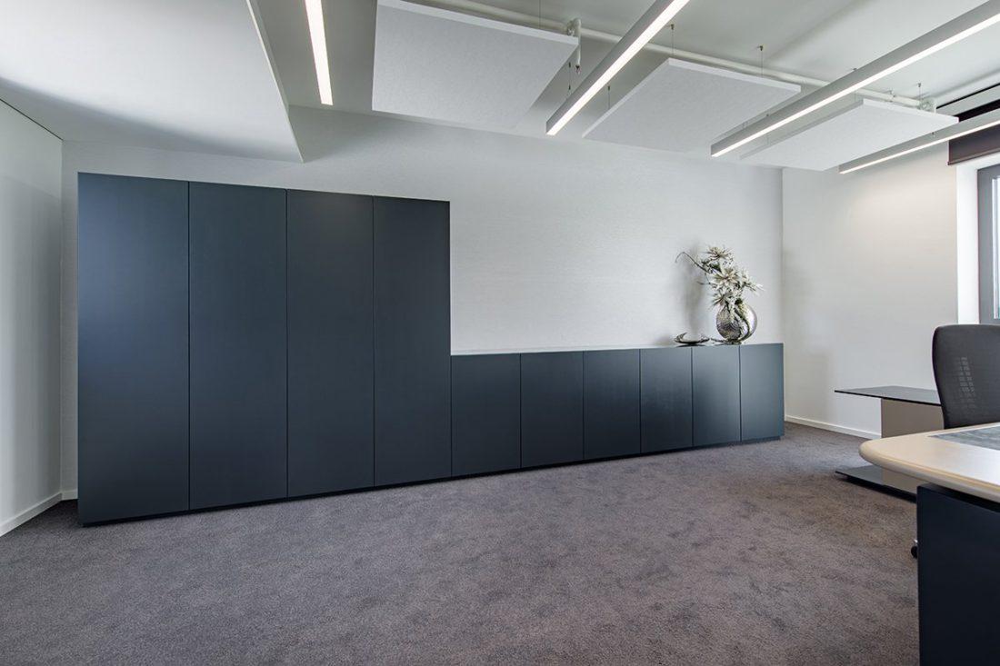 Schuster Innenausbau aus Salach – Bürogebäude mit Charme - Lackierte Schrankwand