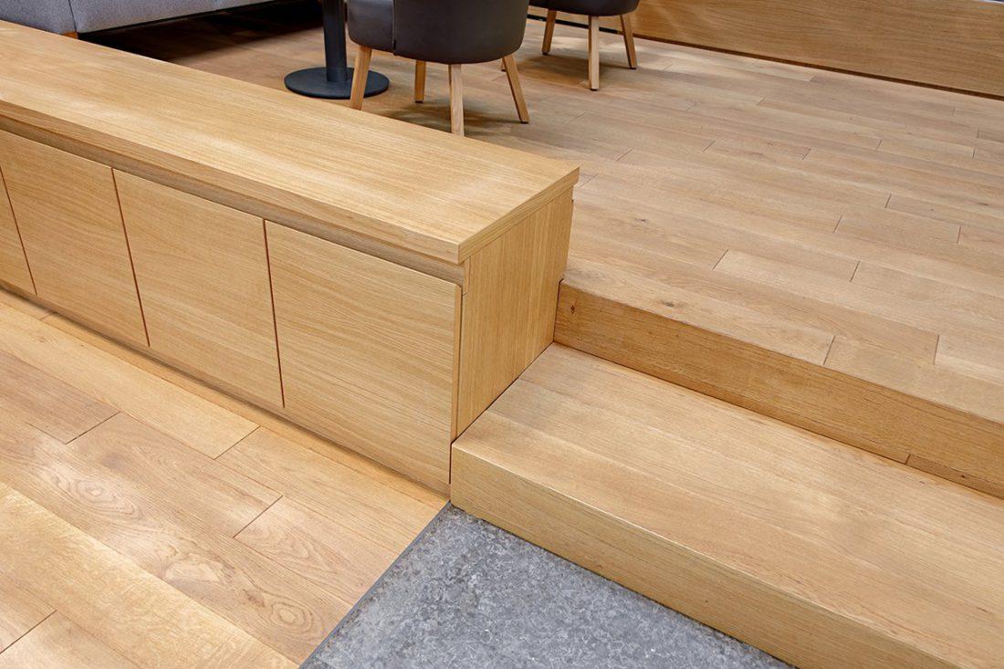 Schuster Innenausbau aus Salach – Bürogebäude mit Charme - Wartebereich Detail Eiche Sideboard Parkettboden