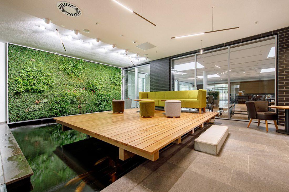 Schuster Innenausbau aus Salach – Bürogebäude mit Charme - Wartebereich Relax Area mit Wandgarten