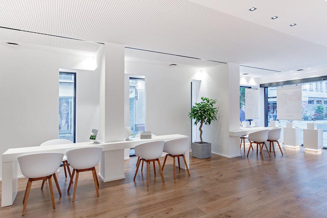 Schuster Innenausbau aus Salach – Brillen im Fokus -Ladenbau Augenoptik Beratungsplatz