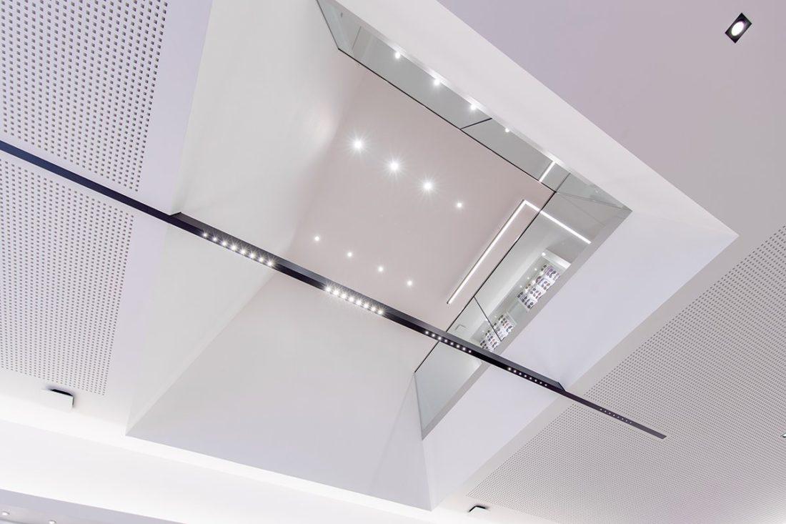 Schuster Innenausbau aus Salach – Brillen im Fokus -Ladenbau Augenoptik Decke Beleuchtung