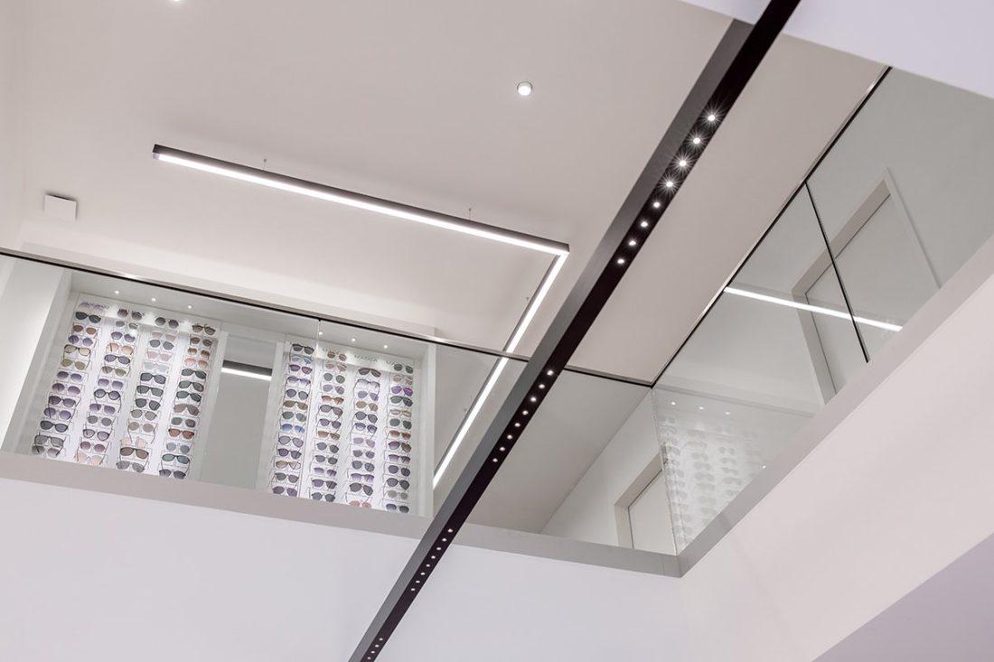 Schuster Innenausbau aus Salach – Brillen im Fokus -Ladenbau Augenoptik Decke Warenpräsentation