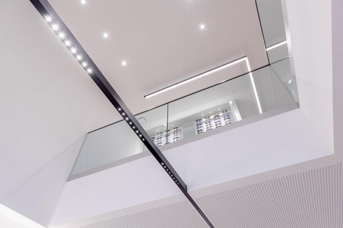 Schuster Innenausbau aus Salach – Brillen im Fokus -Ladenbau Augenoptik Decke modern
