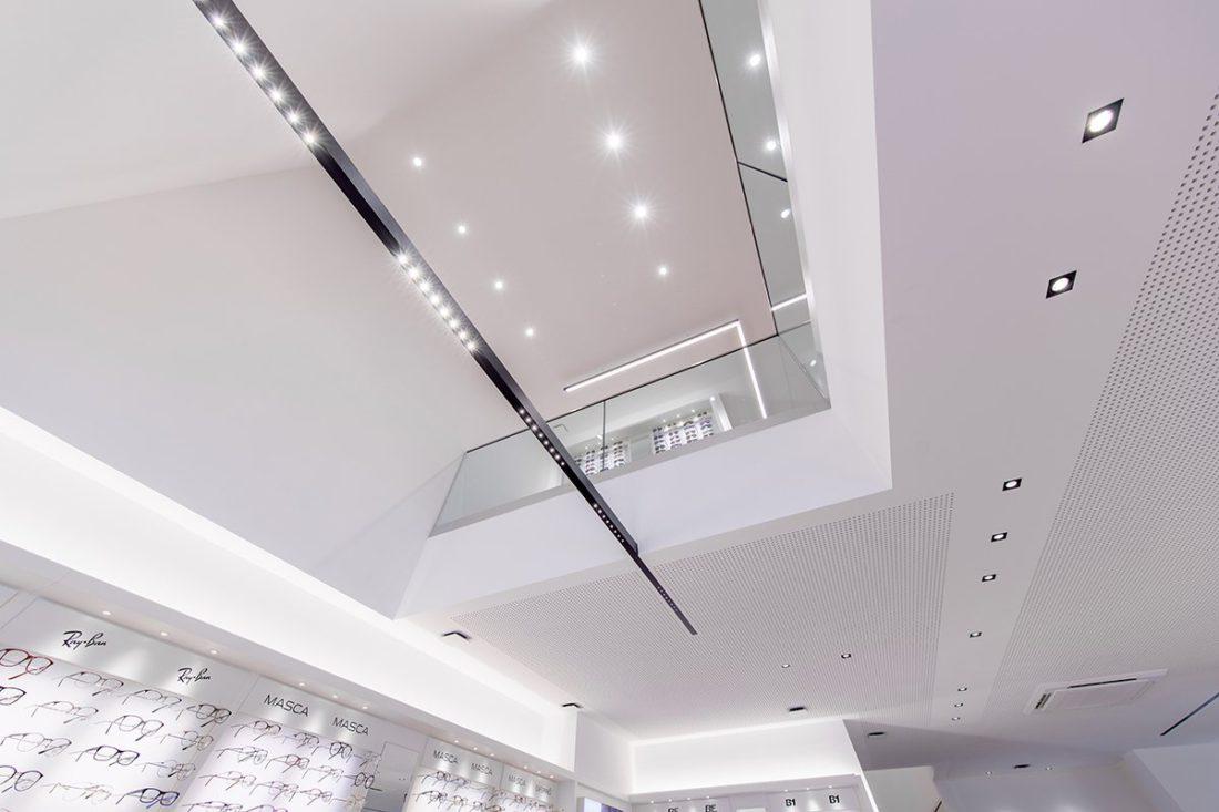 Schuster Innenausbau aus Salach – Brillen im Fokus -Ladenbau Augenoptik Lichtband modern